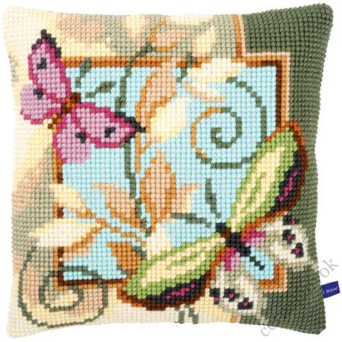 Dekoratív pillangók keresztszemes párna